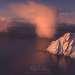 Мы возвращались сюда еще дважды, и на третий раз обнаружили, что грозовой фронт сдвинулся, оставив только несколько танцующих на поверхности океана облаков. Никогда не видел ничего подобного! Лофотены завораживают. В феврале 2018 планирую тур - пишите, если интересно.