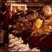 Иногда церемония прерывается для того чтобы Монахи могли покушать и отдохнуть. Т.к. церемония длиться много часов. Начинается в 3 утра и заканчивается далеко после обеда.