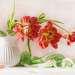 Букет красных тюльпанов в белом кувшинчике