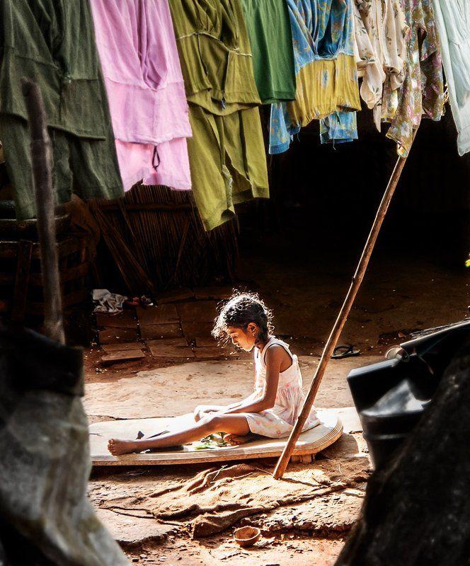 Бедность, Дети, Индия Девочка, играющая на заднем дворе.photo preview