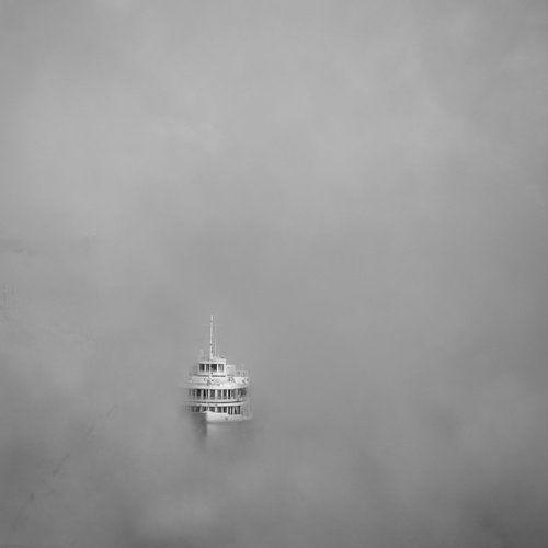 На реке туман