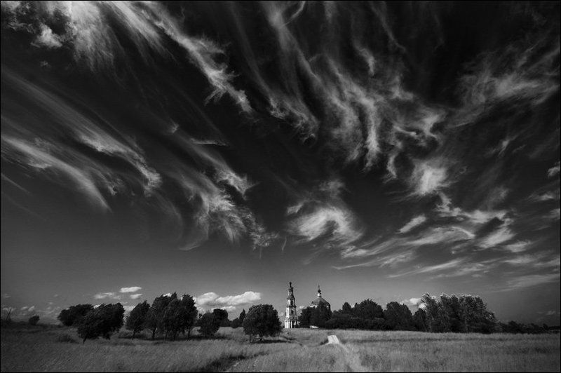Летняя чб картинка с красивыми облаками над Кузнецовоphoto preview