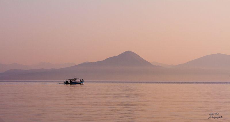 рассвет, Греция, море, горы, лодка, пейзаж, спокойствие Рассвет в Коринфском заливеphoto preview