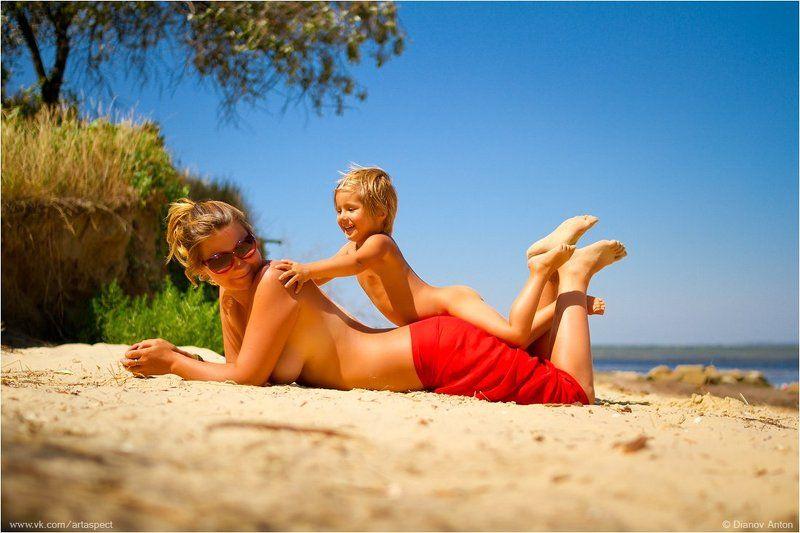 пляж, море, мама, дочь, песок, лето, солнце, баунти, родители, дети, отдых, загар, путешествие Дочки-материphoto preview