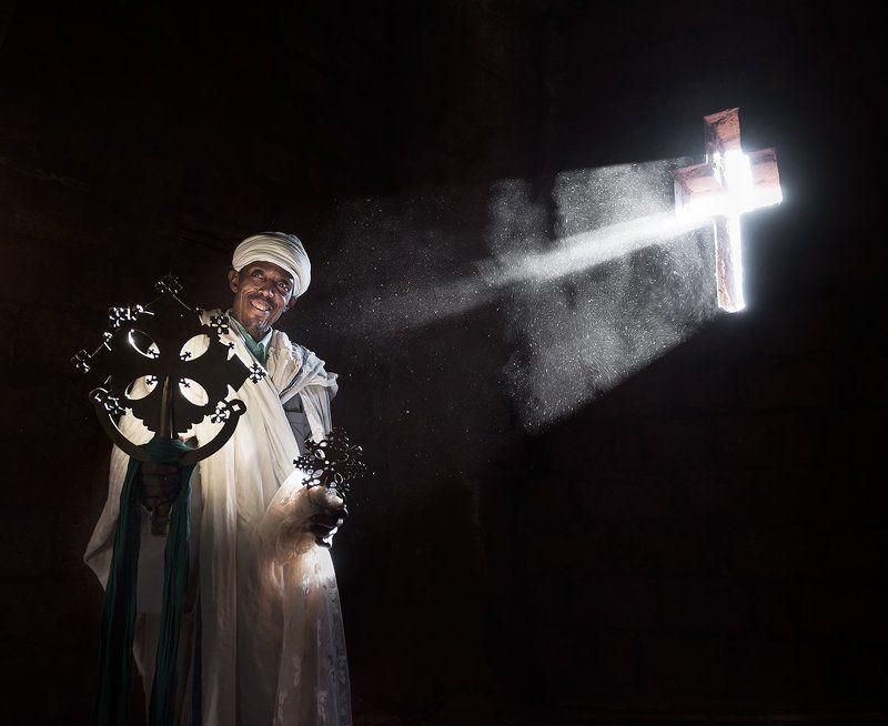 Африка, Крест, Свет, Священник, Эфиопия Коптский Священник ( Эфиопия)photo preview
