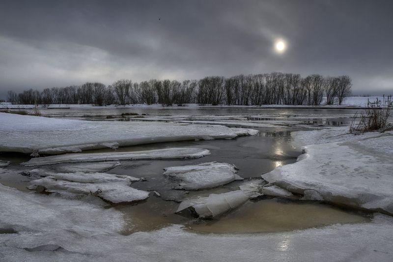 весна, март, лед, проталины, река, деревья, берег, солнце, затмение В день солнечного затменияphoto preview