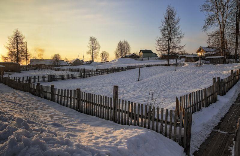 зима, деревня, снег, сугробы, утро, дома, деревья, забор Пинежская деревня, утроphoto preview