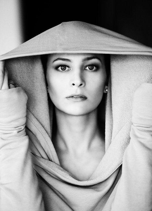 100мм, Взгляд, Естественный свет, Женский портрет, Женщина, Капюшон, Портрет девушки, Фэшн, Черно-белое фото, Черно-белый портрет photo preview