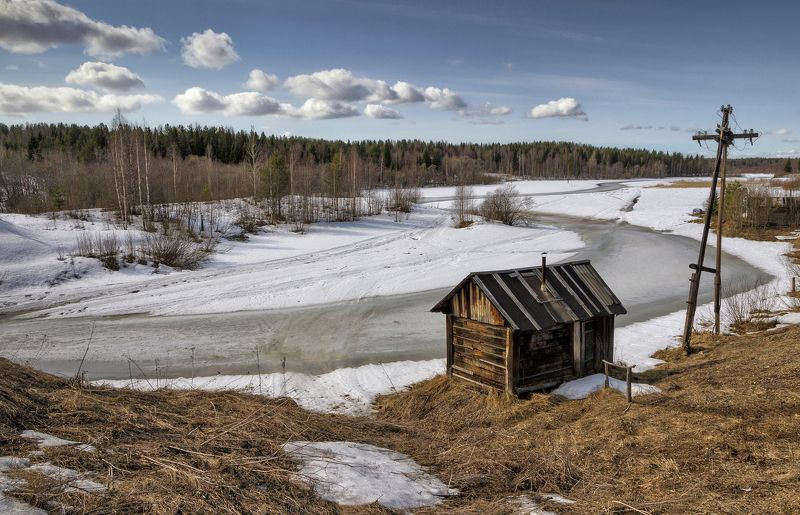весна, река, берег, лес, деревья, баня, облака, снег, лед, трава Ещё стоит на речке лёдphoto preview