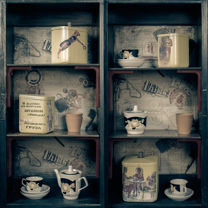 предмет, полка, комод, ящик, интерьер, дизайн, проект, ретро, вещи, старые, посуда, чайник, банка, чашка, блюдце, квадрат ***photo preview