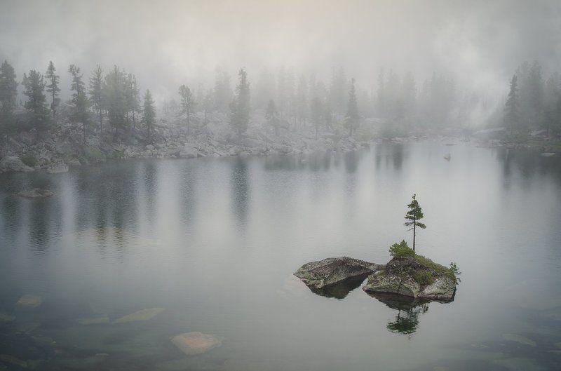 пейзаж, природа, озеро, остров, холодное, туман, непогода, красивый, большой, высокий, горы, тайга, отражения, Ергаки, Красноярский край, Саяны, Сибирь, художников, национальный парк, хребет, хмурый, дождь Озеро художниковphoto preview
