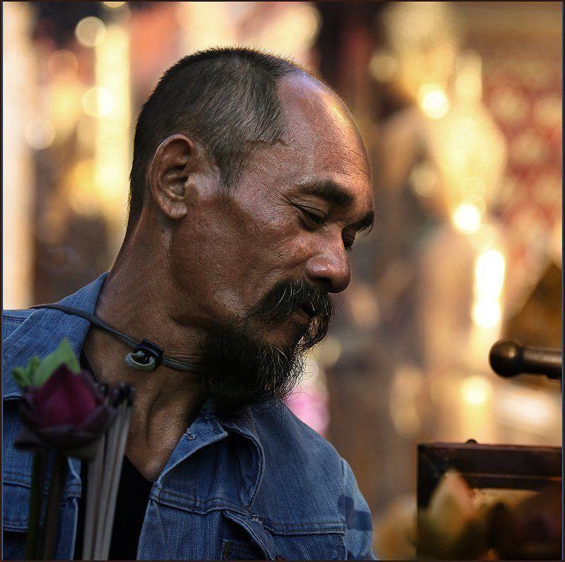 таиланд , чианг май, портрет, храм, мужчина, лотос Благодушиеphoto preview