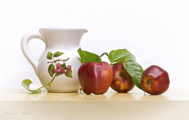 Кувшин, Фрукты, Яблоки С красными яблоками и кувшиномphoto preview