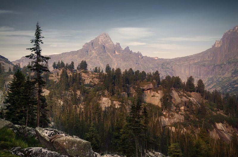 большой, вечер, вид, высокий, горы, деревья, ергаки, зеленый, камни, красивый, красноярский край, красный, озеро, оранжевый, пейзаж, природа, размер, разрешение, розовый, саяны, серый, сибирь, скалы, тайга, хвойный Пик Молодежныйphoto preview