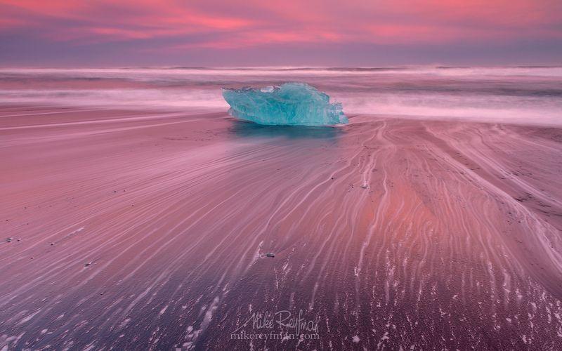 Breidamerkursandur, Iceland, Jokulsarlon, Sea Брейдамеркурсандур в два цвета.photo preview