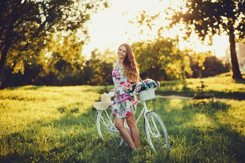 девушка с велосипедомphoto preview