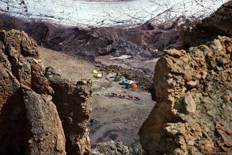 кони, метеостанция, ледник, скалы, путешествие, палатки, казбек, грузия, кавказ, альпинисты Лагерь 3, г. Казбекphoto preview