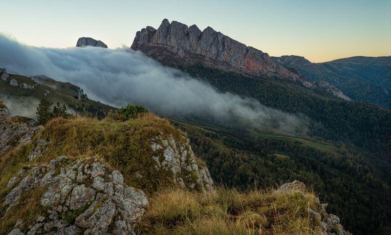 Осеннее утро с потоком тумана у Чёртовых воротphoto preview