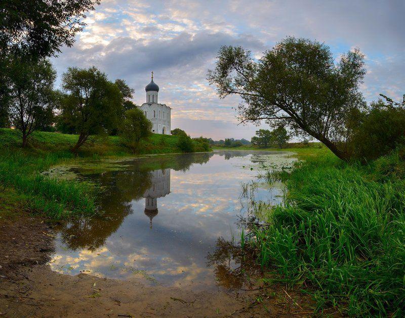 Белая церковь на фоне небесного ситца.photo preview