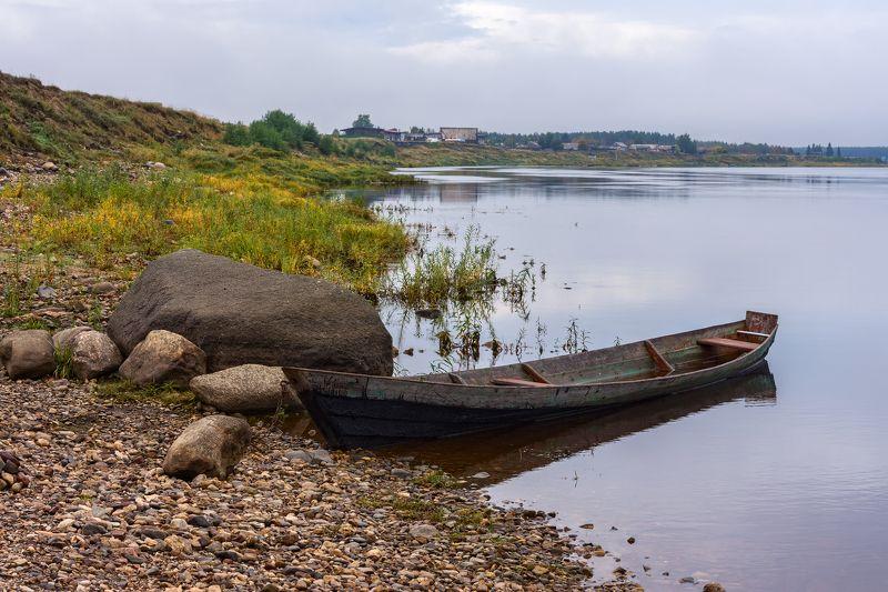 осень, река, вода, берег, камни, лодка На Пинеге осень, сырая и хмураяphoto preview