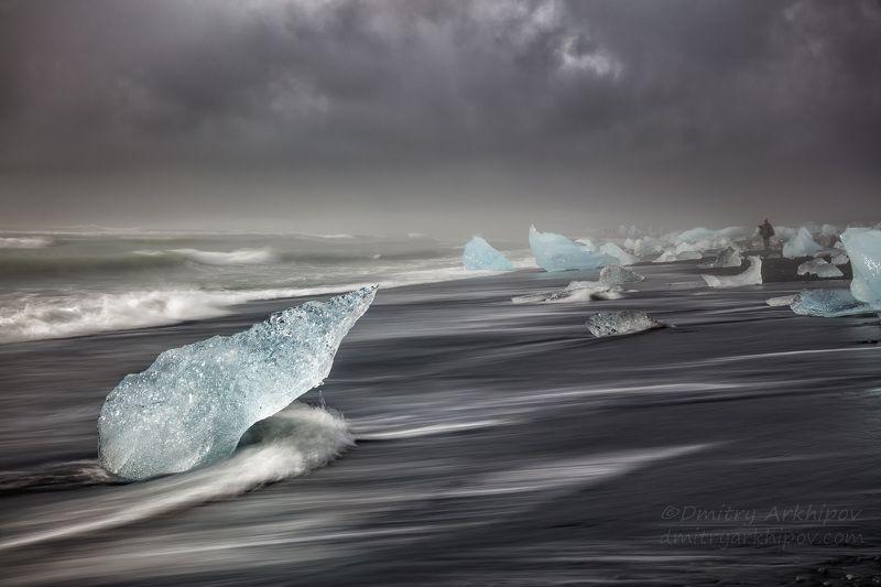 Бриллиантовые льдинки на черном пляжеphoto preview
