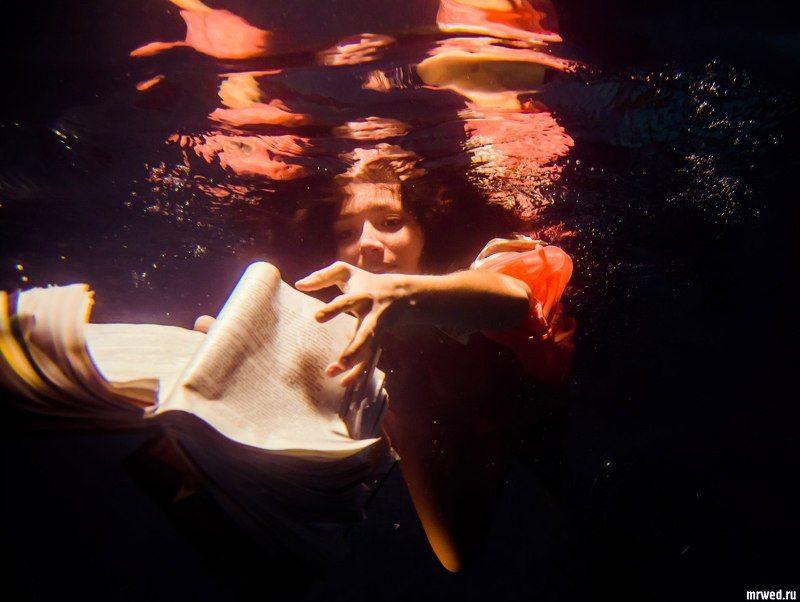 Михаил Решетников, книжка, под водой, девушка подводные чтенияphoto preview