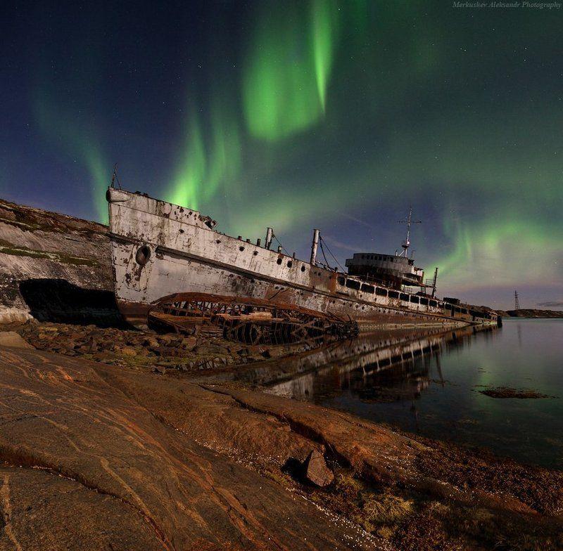 кольский, заполярье, северное сияние Погибающие суда Кольского залива, укутанные Северным сияниемphoto preview