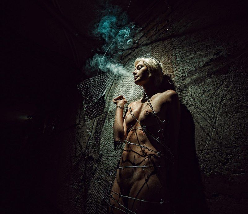 ню, курение, Михаил Решетников, колючая проволока, никотин о вредных привычкахphoto preview