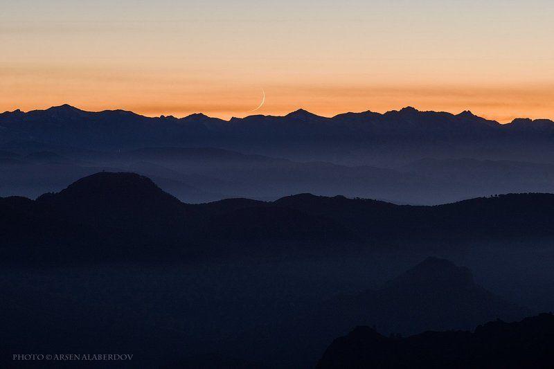 месяц, луна, новолуние, туман, дымка, закат, перспектива, горы, слои, вечер, небо, хребет, холмы, горизонт, контур, силуэт, просторы, долина, предгорья, перевал, карачаево-черкесия, северный кавказ НОВОРОЖДЕННЫЙ МЕСЯЦphoto preview
