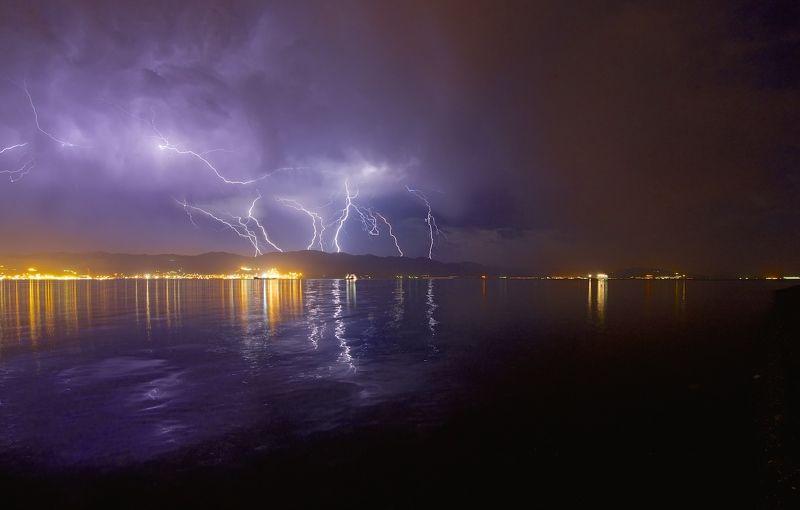 гроза, молнии, ночь, город, море, горы Небесная феерияphoto preview