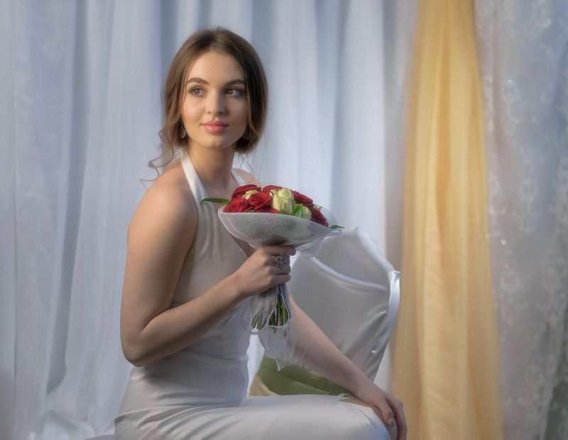 светлый образ на fujifilm photoday , краснодар . Портрет девушки с букетом розphoto preview