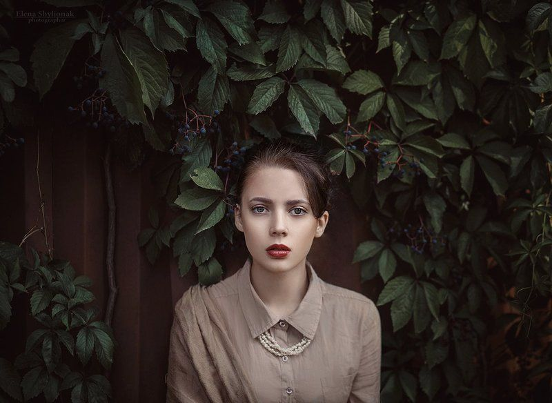 виноград, осень, бежевый, портрет девушки, взгляд wild grapesphoto preview