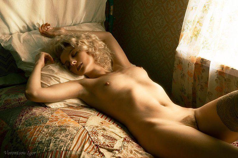 девушка окно грудь обнажённая ню винтаж кровать photo preview