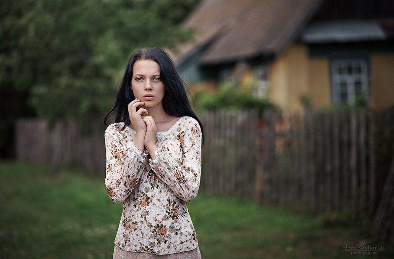 потрет девушки, черные волосы, взгляд, деревенский дом, природа countryphoto preview