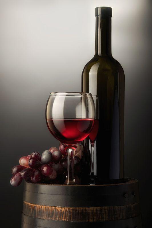 красное вино, деревянная бочка, бокал, бутылка, стекло Натюрморт с красным вином на старой деревянной бочкеphoto preview
