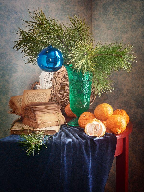 Праздничный, натюрморт, рождественский, букет, сосновый, зеленый, ваза, елочный, стеклянный, шар, свежий, мандарины, старый, книг,а темно-синий, драпировка, домашний, интерьер, оранжевый Синий елочный шарphoto preview