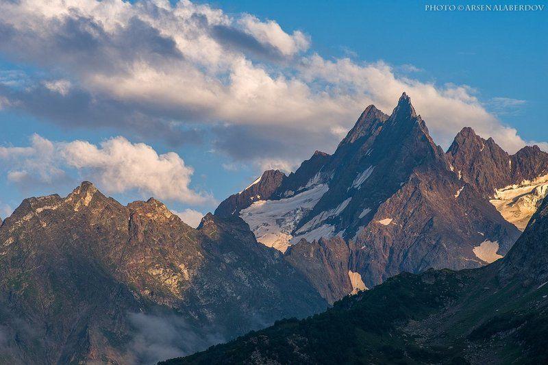 Вершины, ГОРНЫЕ ВЕРШИНЫ, ГОРЫ, Домбай, Карачаево-Черкесия, Небо, Облака, Пик, Северный кавказ, Скалы, Туризм, Ущелье ПЛЫВУТ ОБЛАКА. ЗАДЕВАЯ ВЕРШИНЫphoto preview