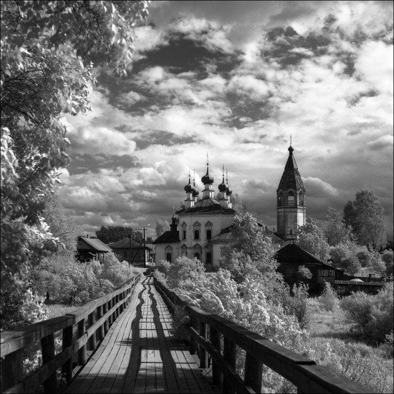 ИК вид на церковь в Устюжне через мост летомphoto preview