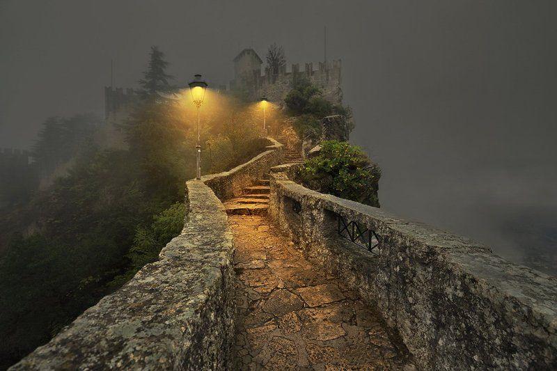 Сан-Марино, Италия, крепость, фонари На вершине серых скал...photo preview