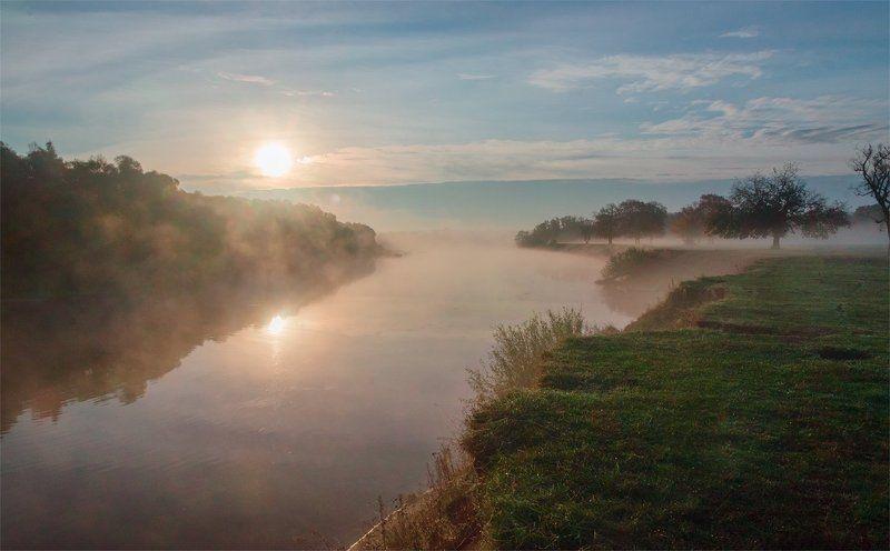 Туманный рассвет у рекиphoto preview