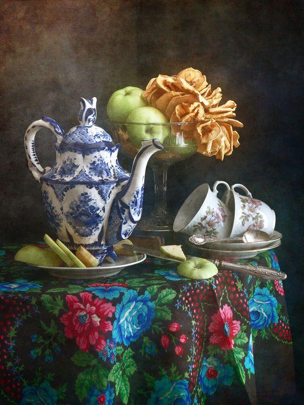 Классический, натюрморт, высокий, синиий, чайни, белый, чайный, чашка, ваза, свежий, зеленый, сушеный, желтый, яблоки, скатерть, цветочный, декор, розовый, зеленый, синий, темный Чайник и яблокиphoto preview