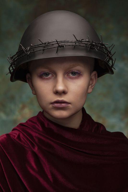 милитари портрет девушка каска пистолет красный зеленый Солдатами не рождаются - 2photo preview