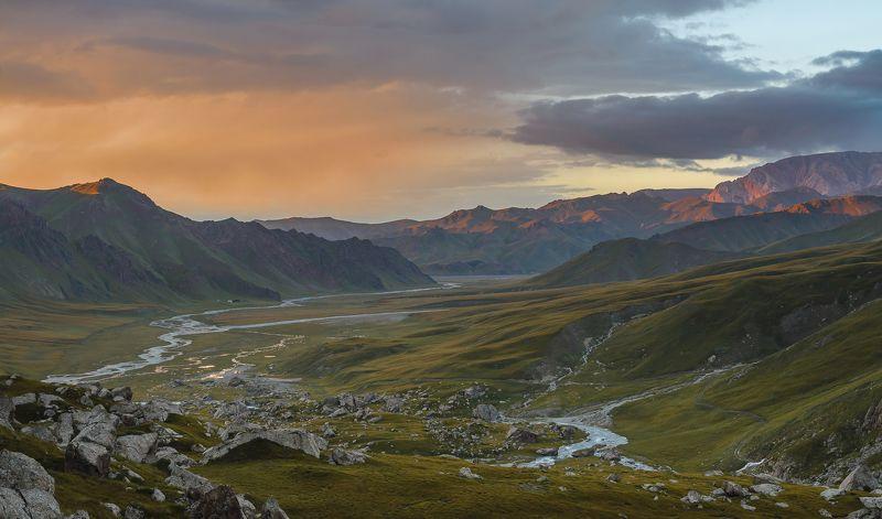 озеро кел-суу, киргизия, горы Долина реки Ак-Сай на закате.photo preview