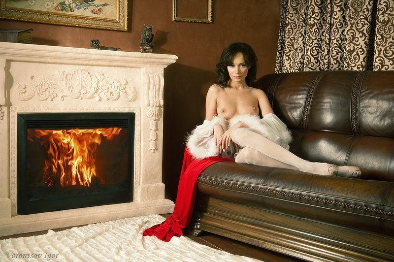 девушка  грудь обнажённая ню винтаж камин диван Ольгаphoto preview