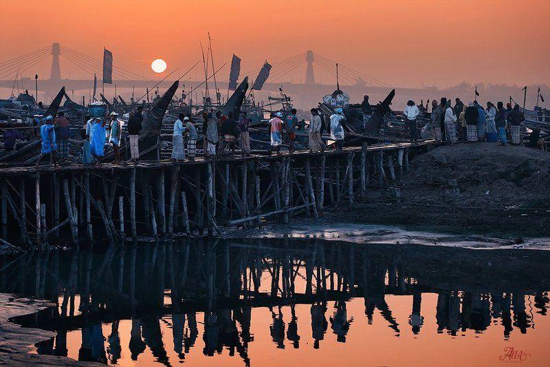 рыбаки, лодки, корабли, рыбацкие судна, рыбный базар, рассвет, бенгальский залив, читагонг, бангладеш, отражение, мост FISH MARKETphoto preview