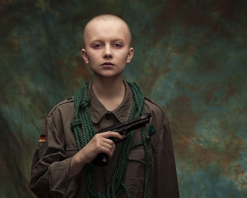 портрет девушка пистолет милитари форма  photo preview