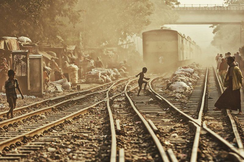 поезд, железная дорога, пути, рельсы, жизнь, бангладеш, пыль, люди Жизнь на железной дорогеphoto preview