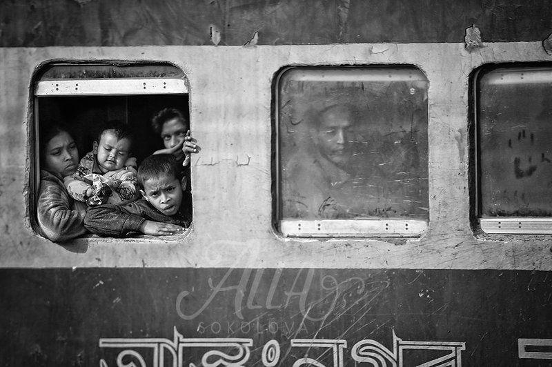 поезд, окна, семья, вокзал, остановка, пыль, грязь, отпечаток, ладонь, пятерня, эмоции, бангладеш Семейное фото в рамкеphoto preview