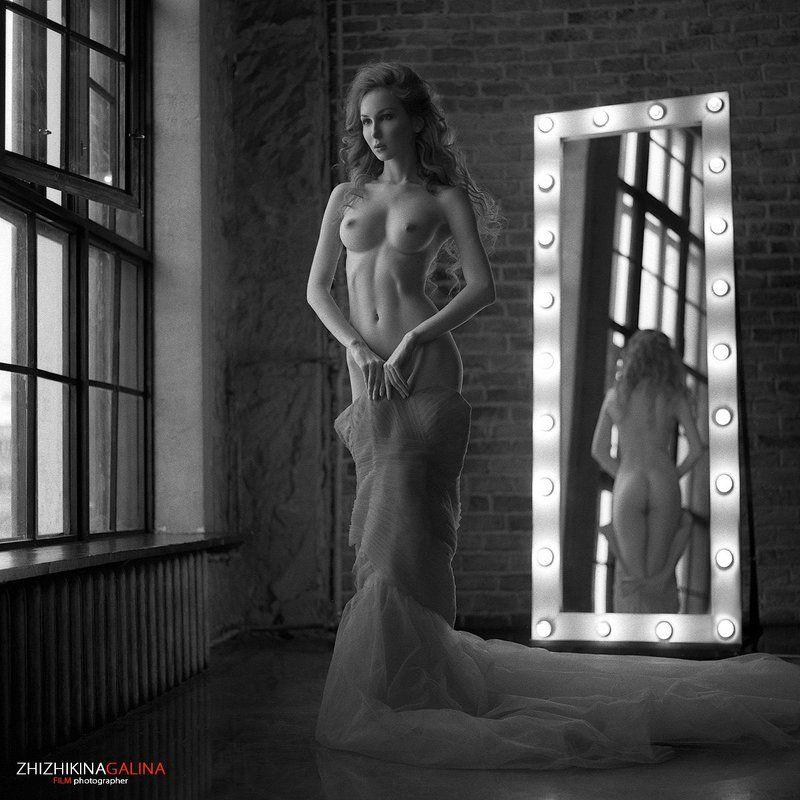 девушка, свет, модель, портрет, жанр, окно, нежность, искусство, креатив, топлесс, модель, зеркало, платье, фотография, ч/б, 6х6, m-format, middle, film, b&w, soul, photo, photography, portrait, nature, black, art, nude, artnu, nu Переодеваниеphoto preview