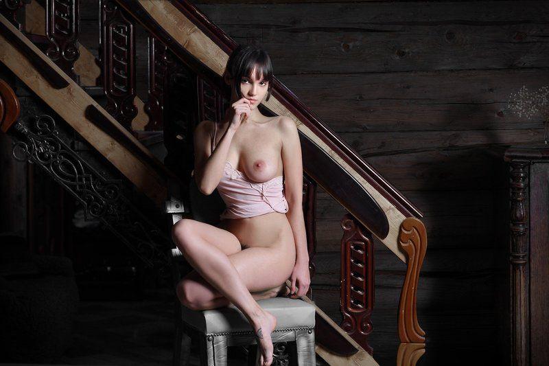 У лестницы...в большом,туманном доме...photo preview